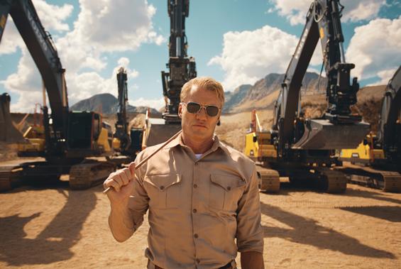Se Dolph Lundgren sätta Volvogrävare på prov