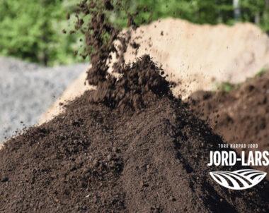Jord-Lars levererar – Torr harpad jord som förvaras under tak